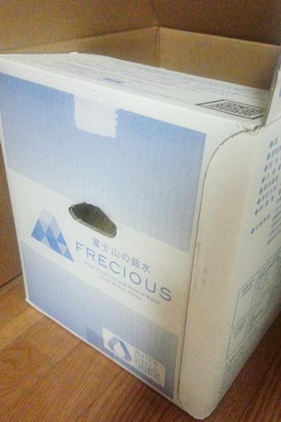 フレシャス富士28.8リットルの水が入ったダンボール