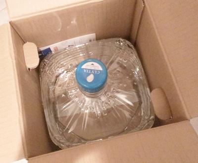 クリティア富士山のお水ボトルのダンボールを開ける