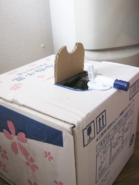 ダンボールが剥き出しの構造である富士桜命水