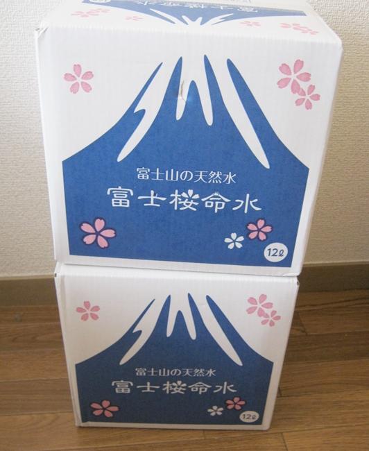 富士桜命水の水が入ったダンボール
