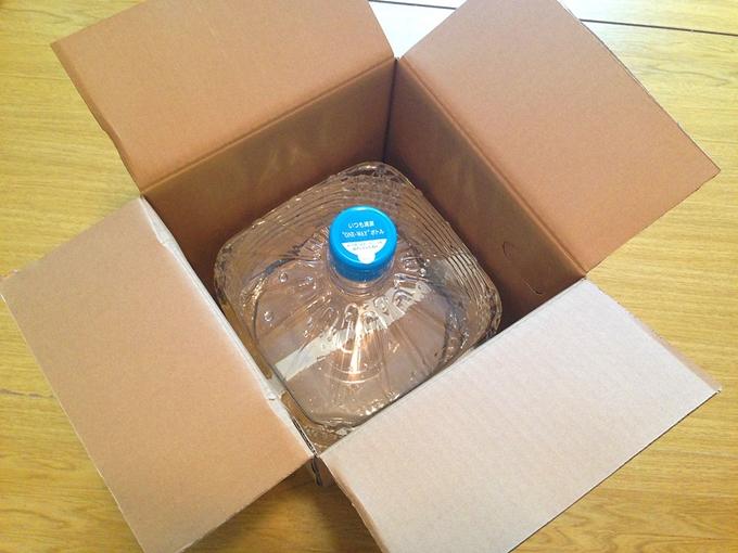 ダンボールで届いた水を開封する