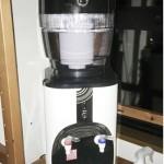 重い水をセットする必要がないアクアバンクのウォーターサーバーを取材しました