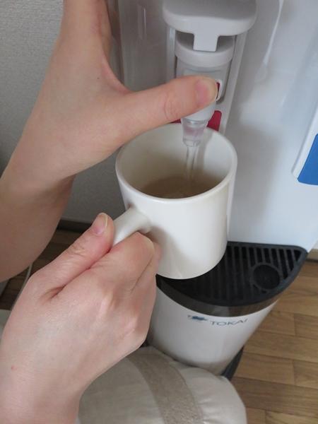 ロックボタンを押してお湯を出す