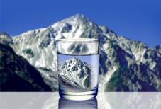 北アルプスの高い標高地点で汲み上げられる天然水